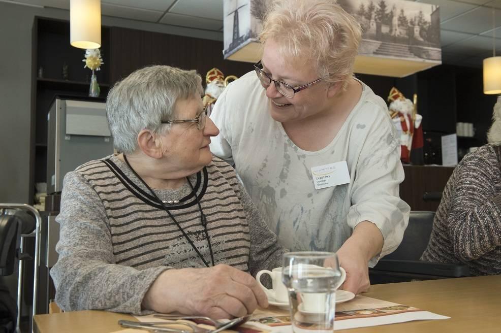 MH 2019 vrijwilliger en bewoners in eetzaal koffie