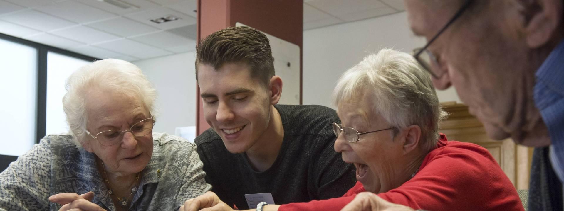 Bunderhof - Aaron met bewoners aan tafel - aandacht