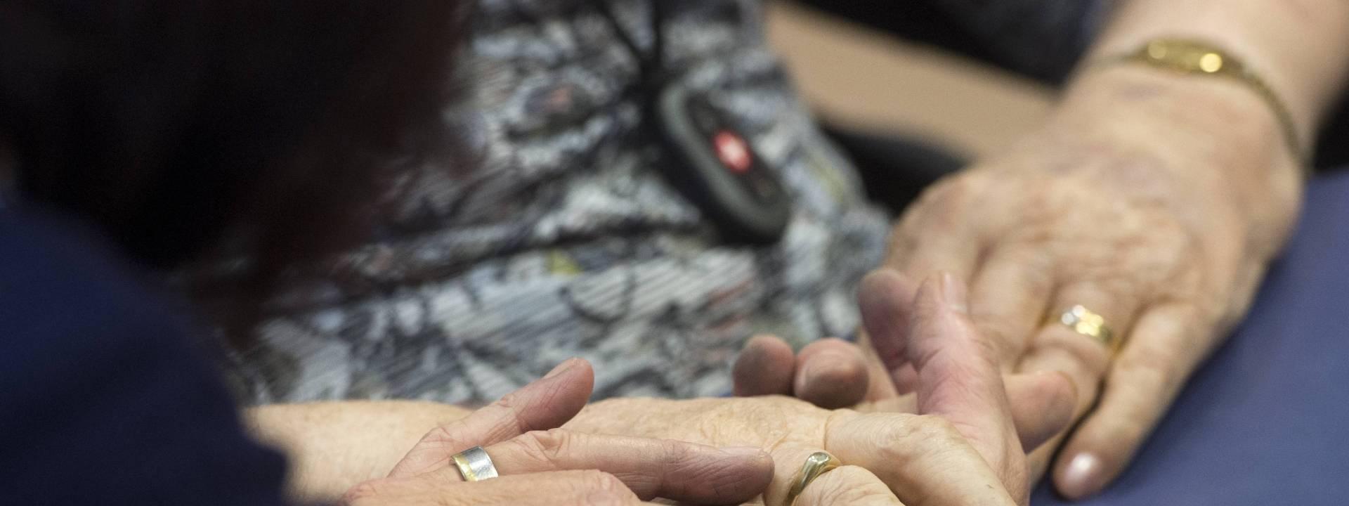 Bunderhof - handen close up - aandacht - medeleven
